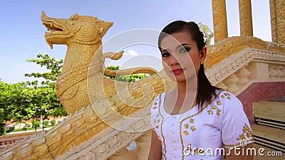 Azjatycka dziewczyna Wita w świątynnym tradycyjnym sposobie z oba rękami zbiory