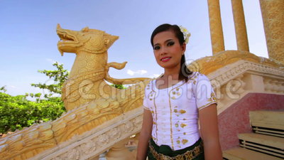Azjatycka dziewczyna Wita w świątynnym tradycyjnym sposobie z oba rękami zbiory wideo