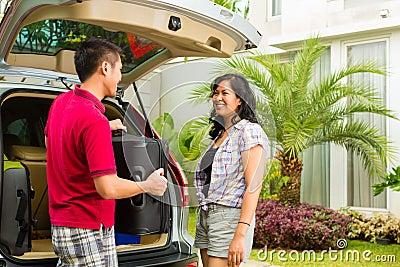 Azjatycki pary kocowania samochód dla wakacje