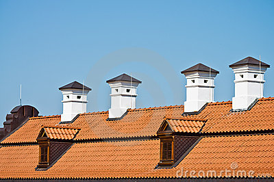Azotea de azulejo rojo y chimeneas blancas