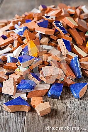 Azulejos de mosaico quebrados