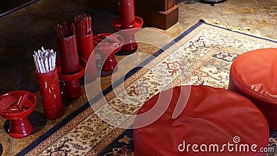 Bâtons avec des prévisions dans le temple oriental Vases avec les bâtons traditionnels du diseur de bonne aventure Couture-SI pla clips vidéos