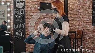 Bärenmann spricht mit männlichen Stylisten in Friseursalon Klient im Schönheitssalon von Männern, der mit einem Friseur spricht H stock footage