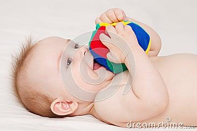 Bébé avec la boule