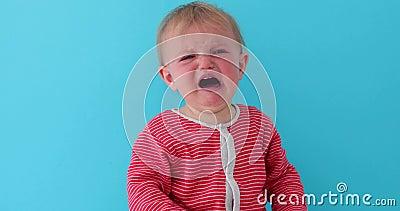 Bébé avec le visage rouge pleurant fort banque de vidéos