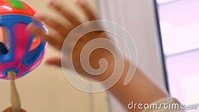 Bébé jouant avec un hochet dans le jardin d'enfants Childcare banque de vidéos