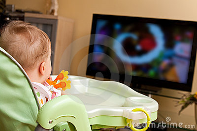 Bébé regardant la TV