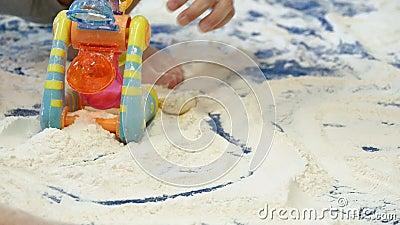 Bébés jouant avec de la farine blanche dans le jardin d'enfants Childcare banque de vidéos