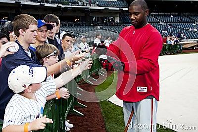 Béisbol de firma de los ventiladores de Ryan Howard Fotografía editorial