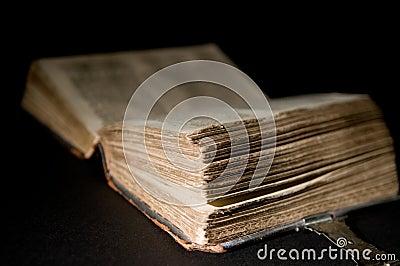 A Bíblia Velha No Preto