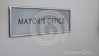 Bürgermeisterbürotür, klopfende Hand, Gemeinderegierungsbeamter, Berechtigung stock video