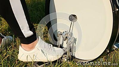 Bębniarz, grający w zestaw bębnowy, stopa naciska pedał bębna na ulicy zdjęcie wideo