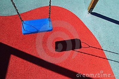 Błękitny dzieci podłoga parka boiska czerwieni huśtawka