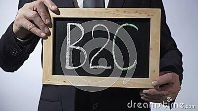 B2C, επιχείρηση--καταναλωτής που γράφεται στον πίνακα, σημάδι εκμετάλλευσης επιχειρηματιών απόθεμα βίντεο