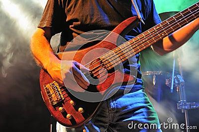 Baß-Gitarre auf Stufe