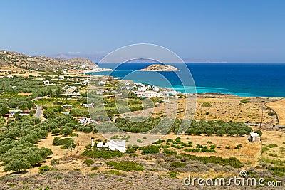 Baai met blauwe lagune en olijfbomen