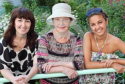 Babcia, matka, córka blisko chałupy