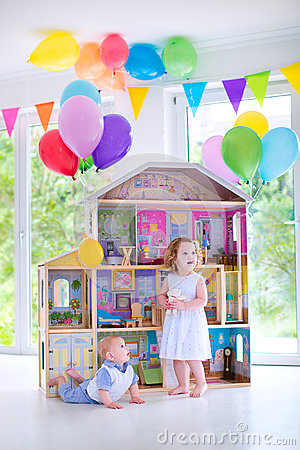Free Baby Brother And Sister Playing With A Doll House Royalty Free Stock Photo - 41770205