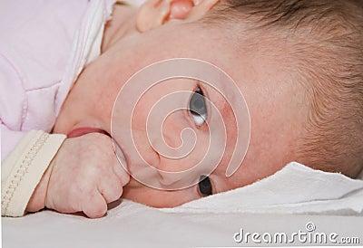Baby die haar duim zuigt