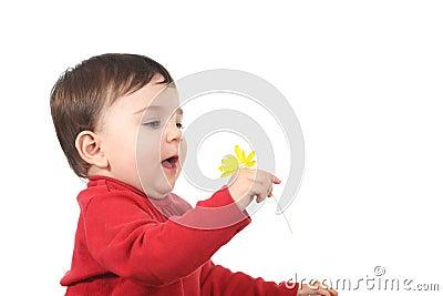 Baby die met een bloem wordt verbaasd