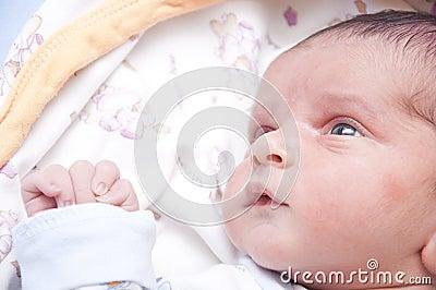 Baby die omhoog kijkt