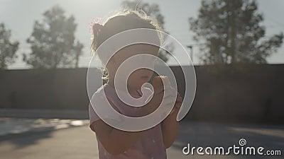 Baby eet een bun stock videobeelden