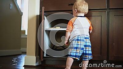 Baby het Openen Kast stock videobeelden