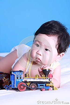 Baby met stuk speelgoed