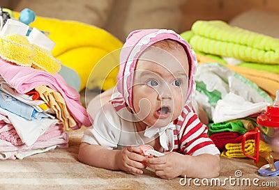 Baby mit Haufen der Abnutzung des Schätzchens