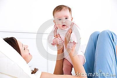 Baby op de handen van de moeder