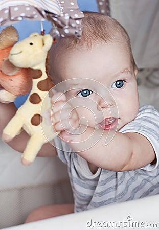 Babyjongen het spelen