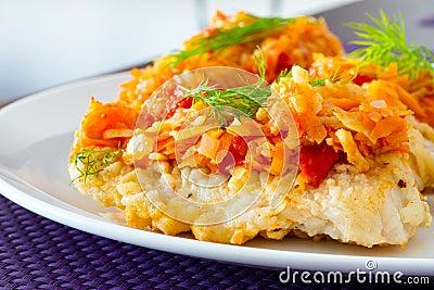 Bacalhau fritado com os vegetais na placa