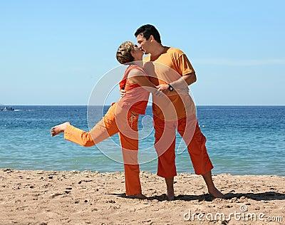 Baciando sulla spiaggia