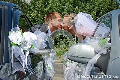 Baciare appassionato della coppia sposata