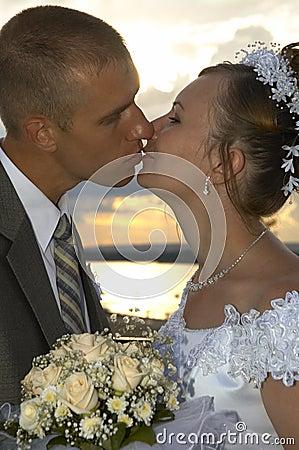 Bacio felice di cerimonia nuziale