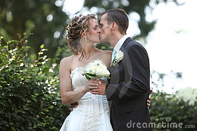 Bacio tenero di cerimonia nuziale