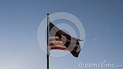 Back Lit Bandiera Degli Stati Uniti Nel Cielo Blu video d archivio
