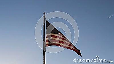 Back Lit Bandiera Degli Stati Uniti Nel Cielo Blu archivi video