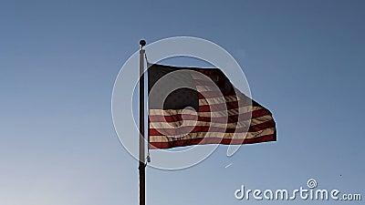 Back Lit Bandiera Degli Stati Uniti Nel Cielo Blu stock footage