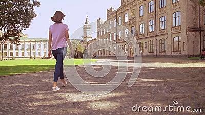 Back View Women si avvicina all'università archivi video