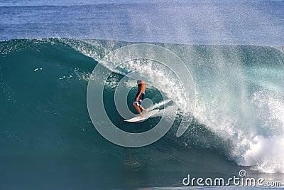 Backdoor que practica surf