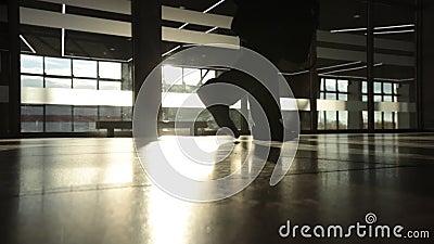 Backlight sylwetka tajemnica mężczyzna odprowadzenie przed dużym okno z bliska zbiory