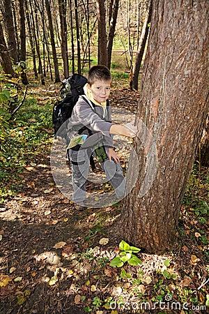 Положительный мальчик с backpack
