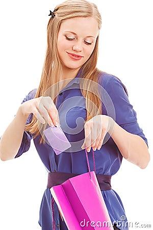 白肤金发的妇女在卡片放入袋子