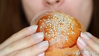 Backwaren für Frauen, Brot, Bün, Brotbackwaren Diät Mund und Nahrungsmittel Fastfood Burger in weiblichen Händen stock video footage