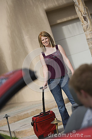 Bagage de transport de femme heureuse