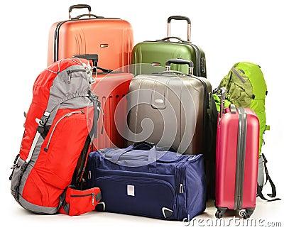 Bagage som består av stora resväskaryggsäckar och, reser hänger lös