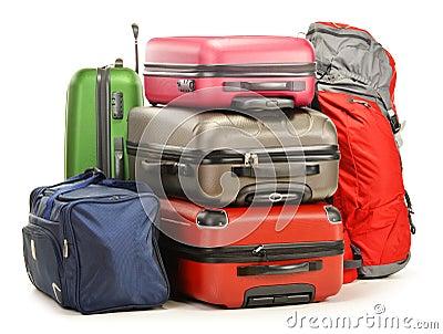 A bagagem que consiste em grandes malas de viagem backpack e viaja saco