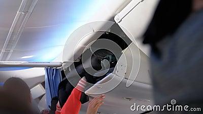 Bagages ? main Embarquement ? l'avion avec le bagage ? l'int?rieur de la cabine clips vidéos