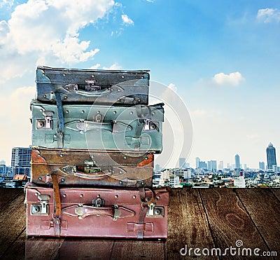 Bagagli d annata di viaggio su di legno